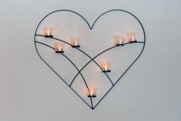 Väggljusstakar - Hjärta på vägg med plats för sju glashållare för värmeljus.