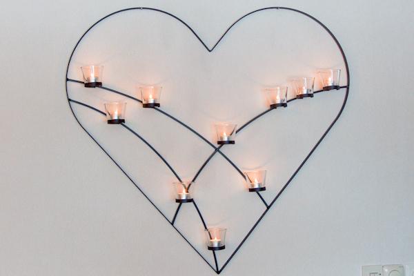 Väggljusstakar - Hjärta på vägg med plats för tio glashållare för värmeljus.